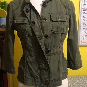 3/4 length sleeve. Olive green zipper blazer.